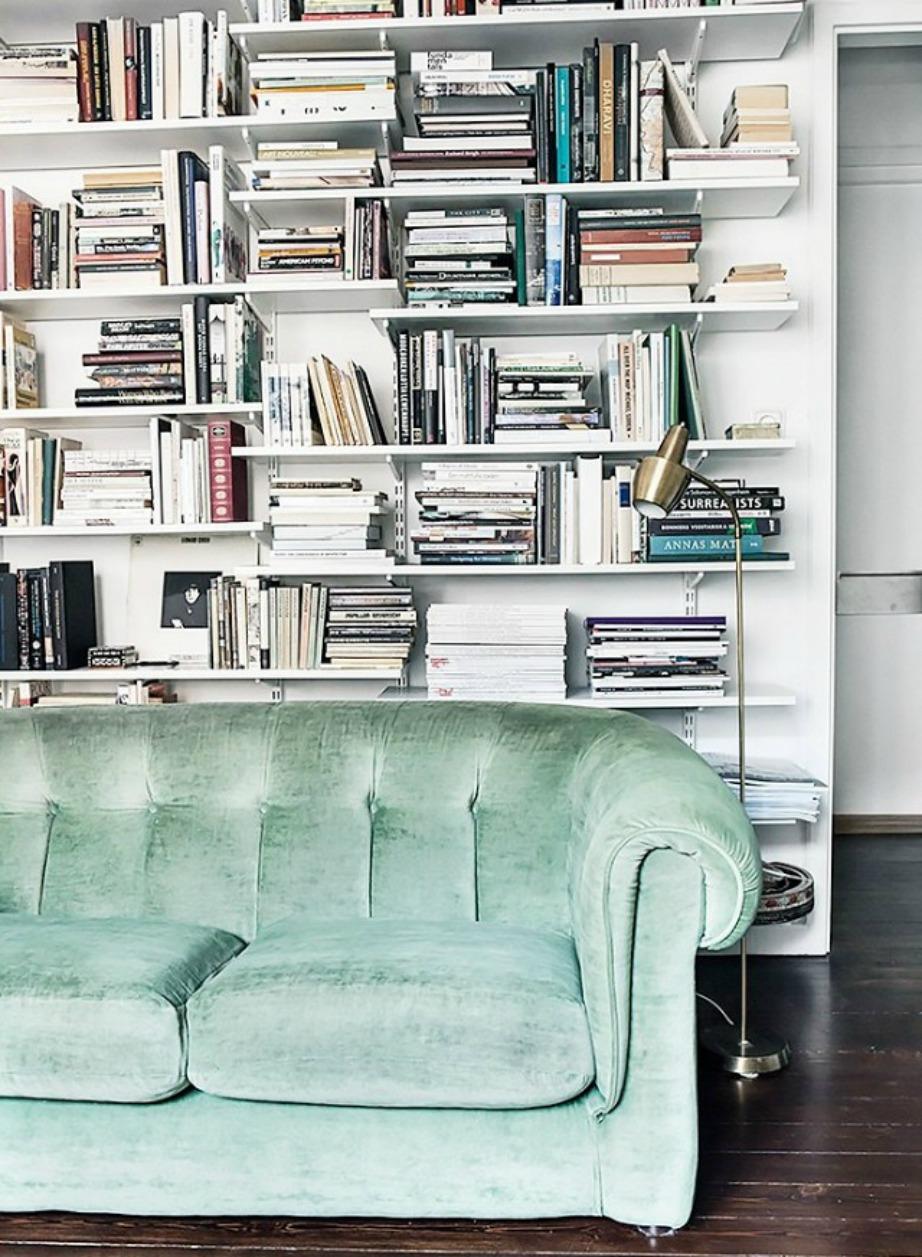 Ο κανπές στο χρώμα της μέντας ζωντανεύει όλο τον χώρο.
