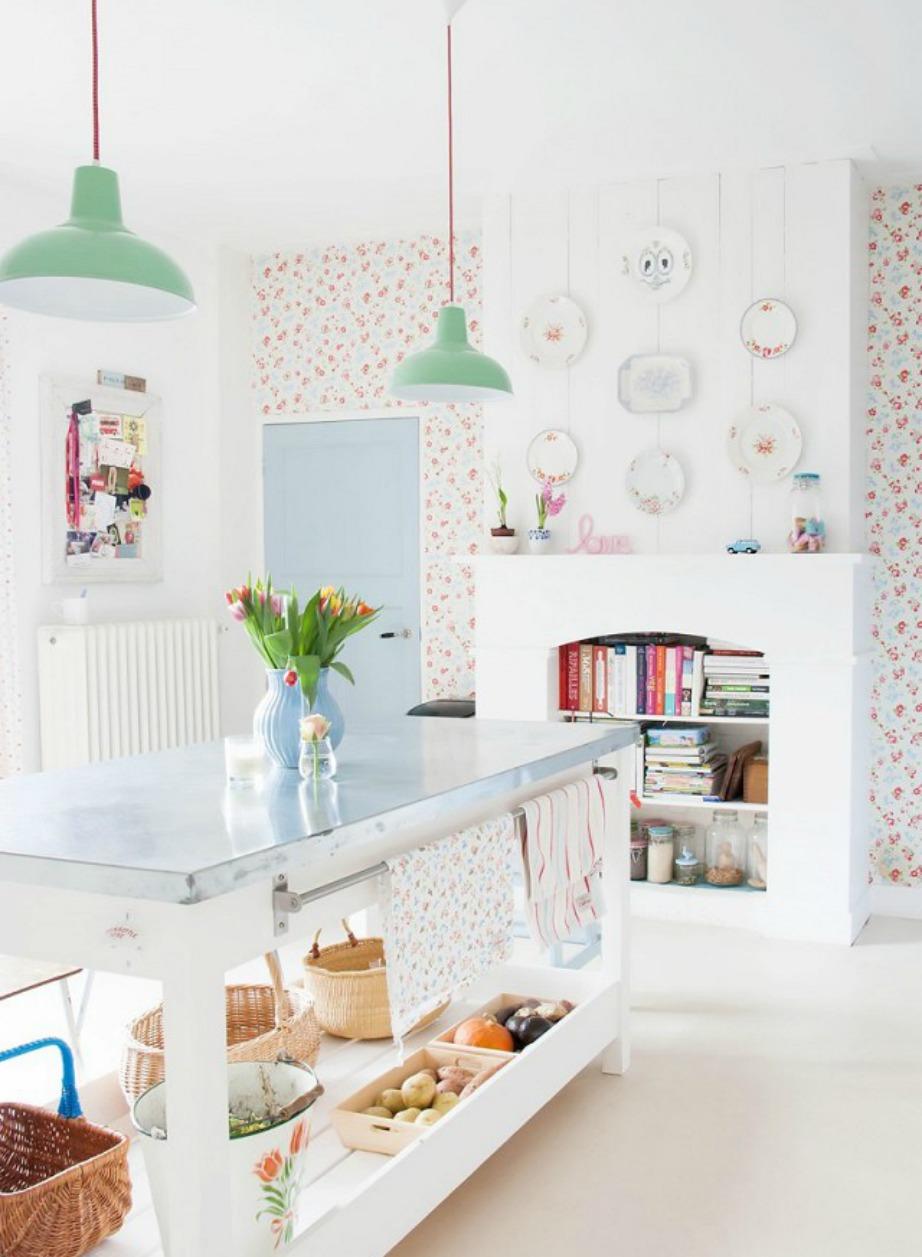 Μπορεί αυτή η κουζίνα να είναι 100% γυναικεία αλλά είναι πολύ χαριτωμένηα και τα φωτιστικά στο χρώμα της μέντας ολοκληρώνουν το όμορφο αποτέλεσμα.