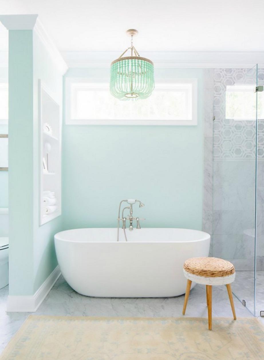 Η αντίθεση που δημιουργούν οι παστέλ αποχρώσεις στους τοίχους με το λευκό χρώμα των ειδών υγιεινής είναι εκπληκτική.