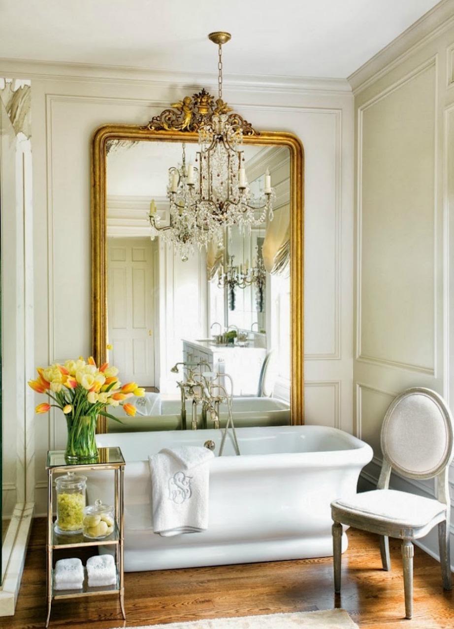 Δώστε πολυτελή νότα στο μπάνιο σας βάφοντας την κορνίζα του καθρέφτη σας χρυσή.