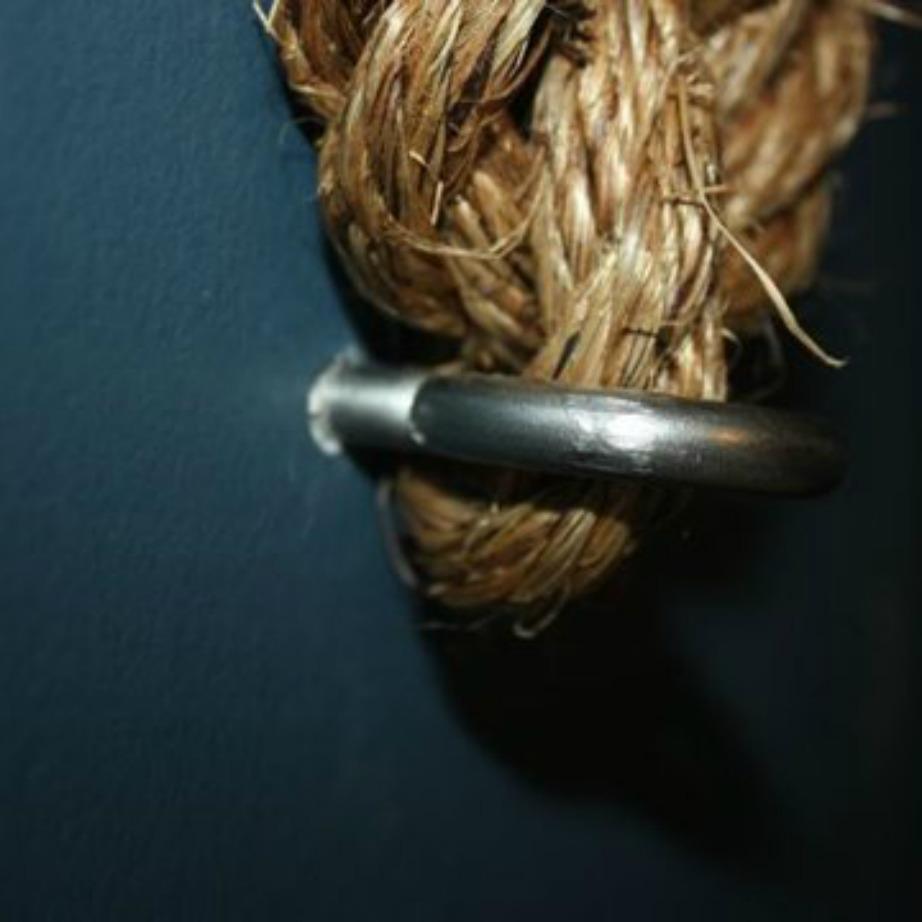 Δέστε το σχοινί στα άγκιστρα.