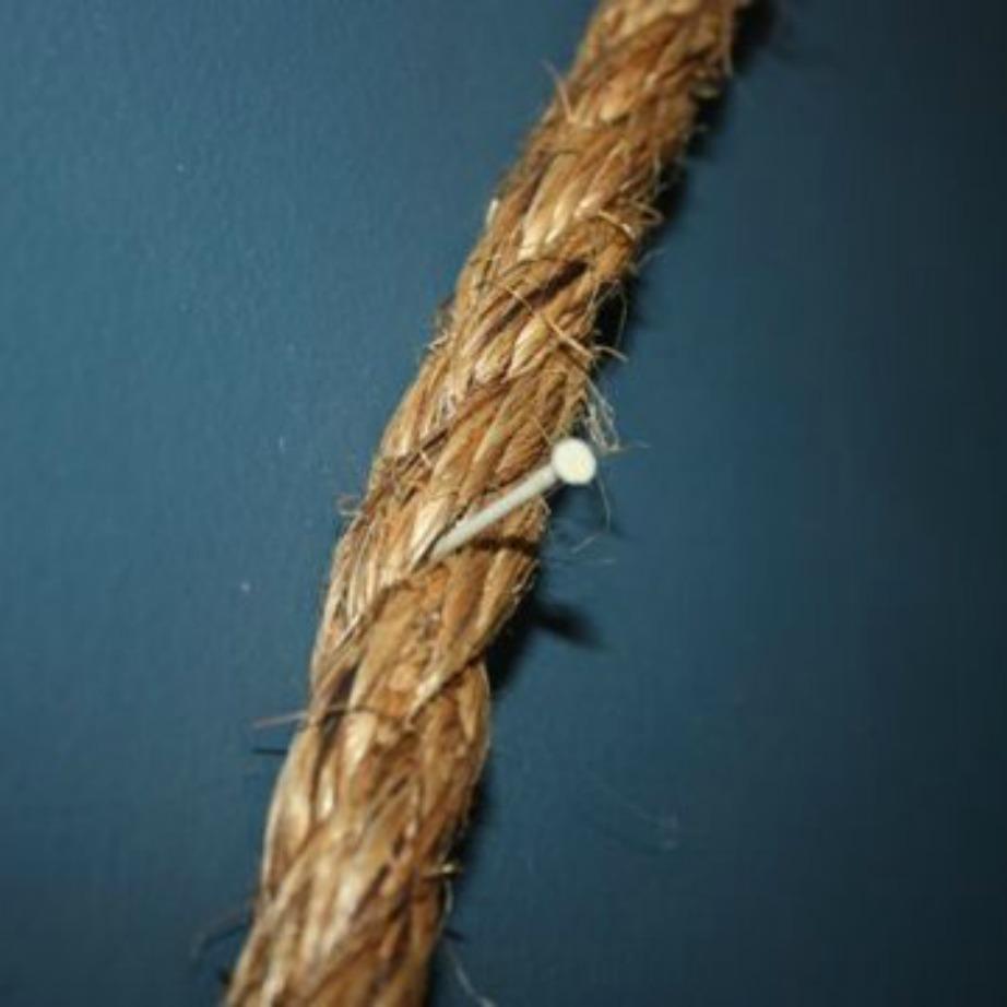 Κρατήστε το σχοινί σταθερό στον τοίχο με δύο καρφάκια δεξιά και αριστερά στην κάθε μεριά.