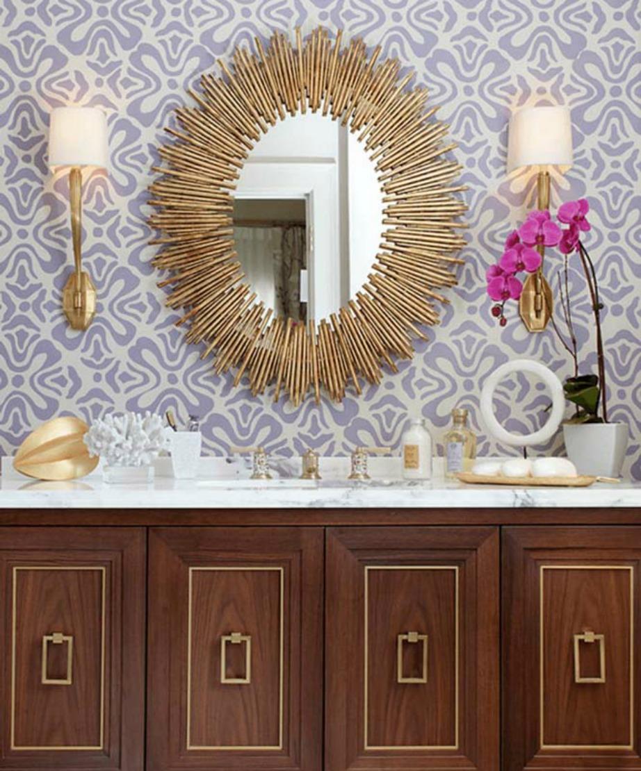 Οι συγκεκριμένοι καθρέφτες σε σχήμα ήλιου είναι ένα δυνατό τρεντ στη διακόσμηση του μπάνιου.