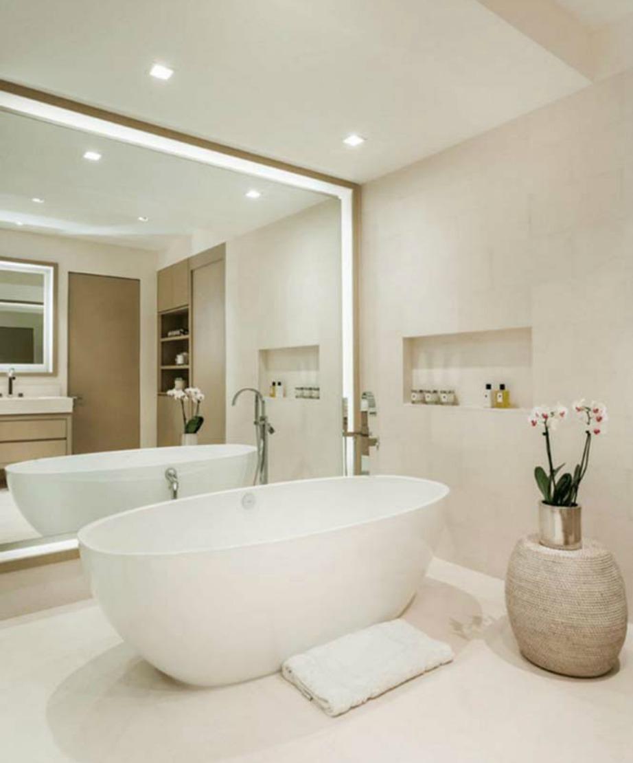 Φέτος είναι πολύ της μόδας οι μεγάλοι καθρέφτες που καλύπτουν ολόκληρο τοίχο.