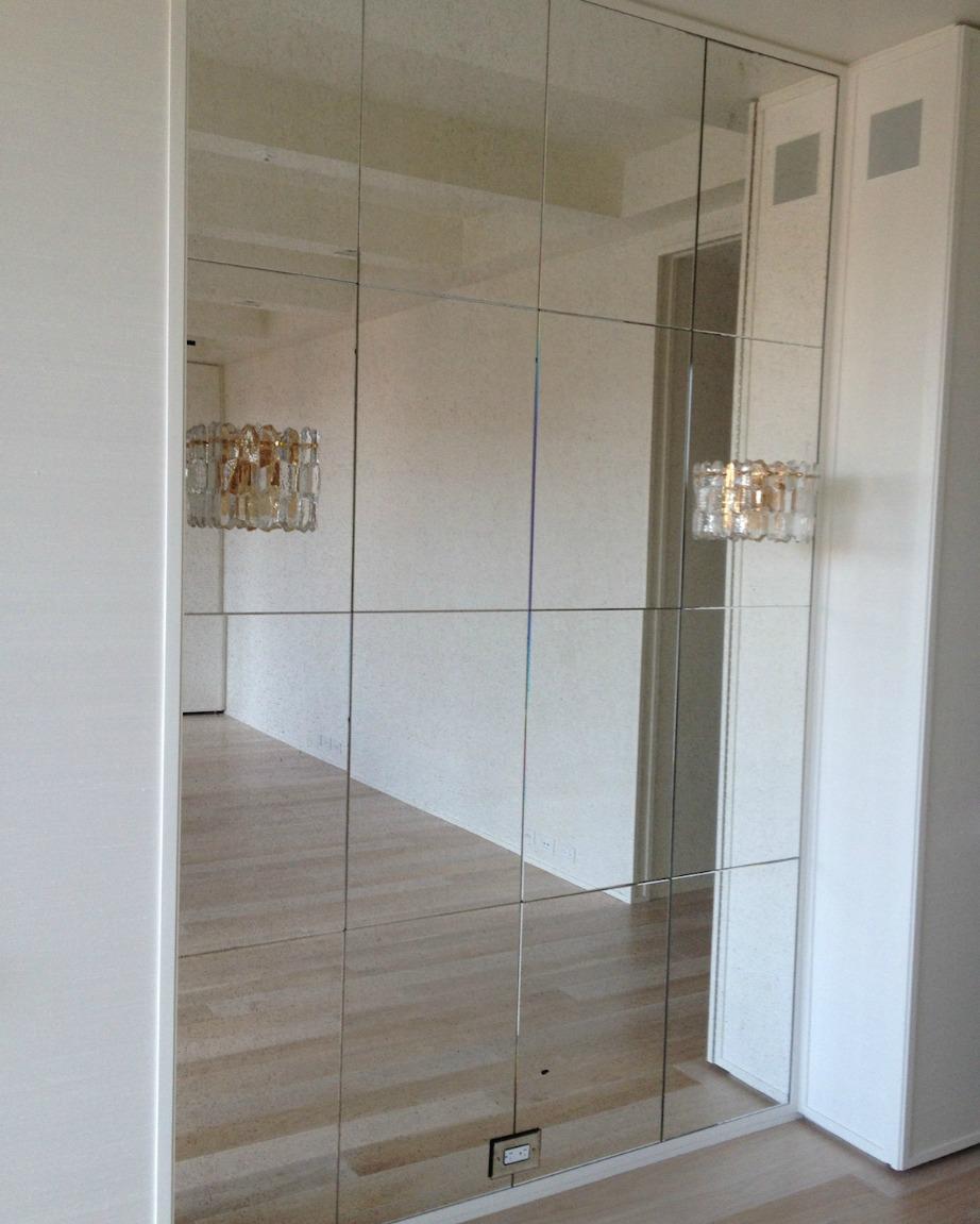Πριν τοποθετήσετε τους καθρέφτες στον τοίχο σας θα πρέπει να έχετε καθαρίσει καλά τον τοίχο.