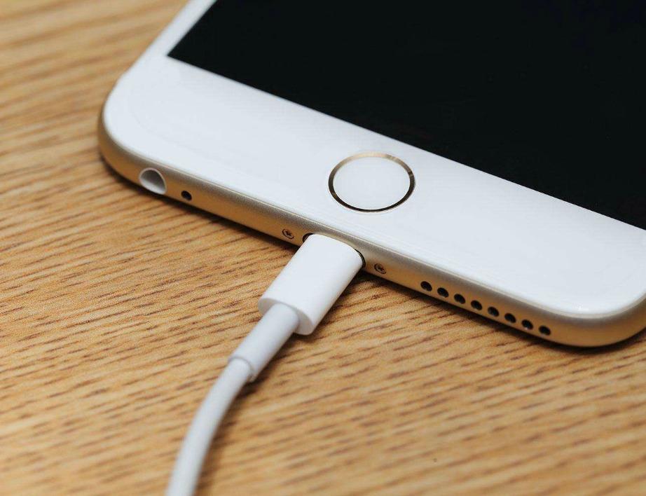 Για να φορτιστεί καλύτερα το κινητό σας θα πρέπει να μην είναι τοποθετημένο μέσα σε θήκη.