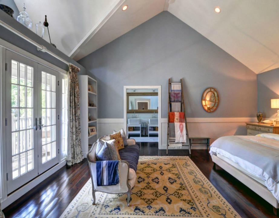 Το κυρίως υπνοδωμάτιο διαθέτει δικό του μπάνιο και τεράστια βεράντα.
