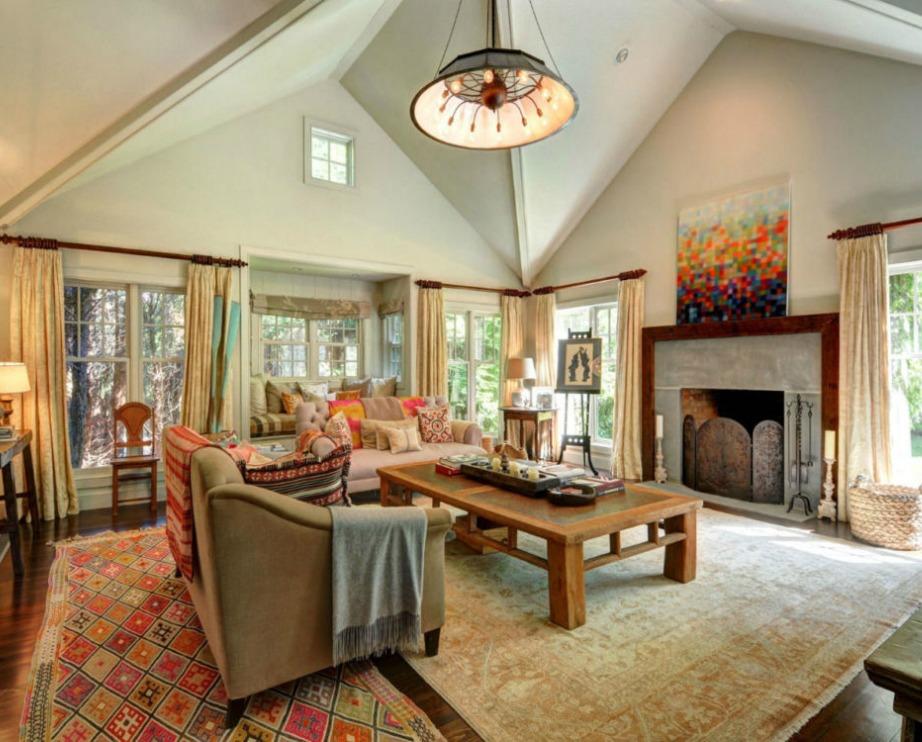 Το σαλόνι είναι μεγάλο και διακοσμημένο σε μοντέρνο ρουστίκ στιλ με έντονα χρώματα αλλά και γήινους τόνους.