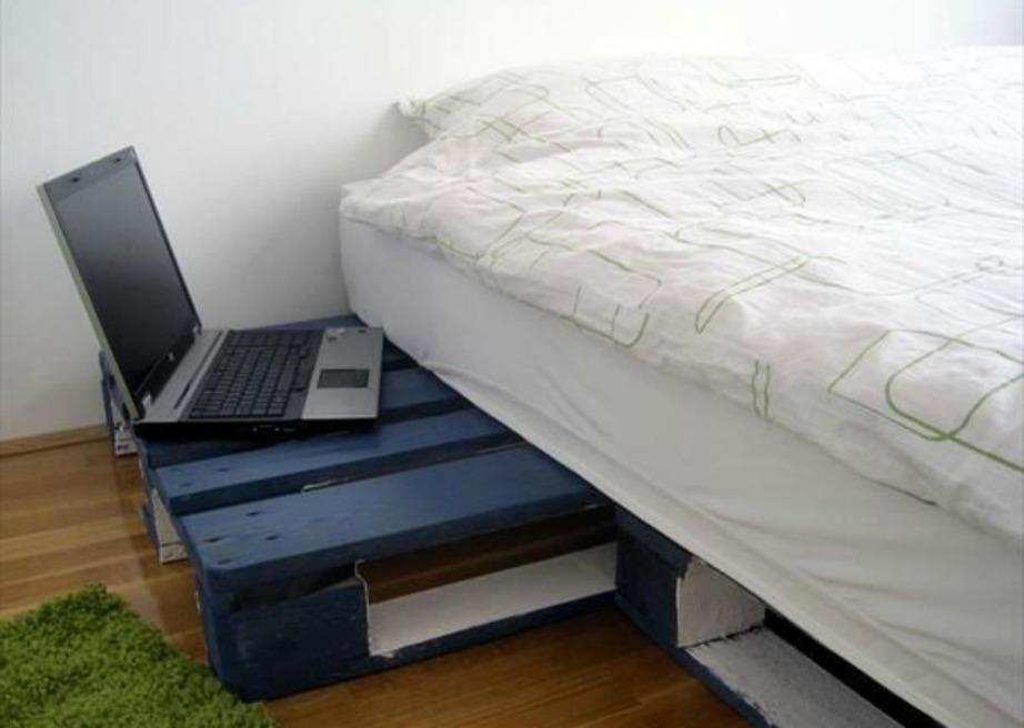 Βάλτε τις πάνω παλέτες οριζόντια για να εξέχουνπρος τα έξω και να τις χρησιμοποιείτε και ως κομοδίνο.