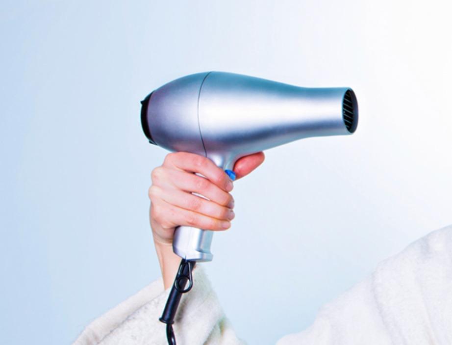 Πριν πάρετε το τεράστιο σούπερ επαγγελματικό πιστολάκι μαλλιών μαζί σας ρωτήστε πρώτα στο ξενοδοχείο ή στο σπίτι που θα μείνετε αν υπάρχει κάποιο άλλο πιστολάκι.