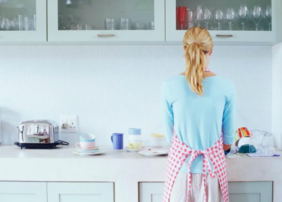 Μην πλένετε εντελώς τα πιάτα σας πριν τα τοποθετήσετε στο πλυντήριο πιάτων.