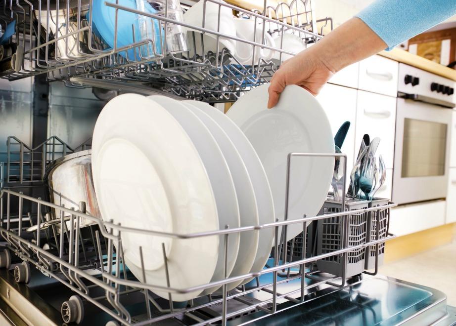 Αφαιρέστε απλά τα υπολείμματα των τροφών αλλά μην πλένετε τα πιάτα σας πριν τα βάλετε στο πλυντήριο.