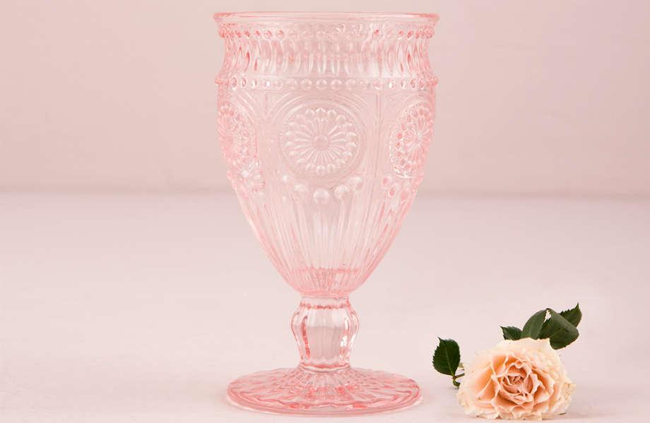 Τα ροζ ποτήρια κρασιού, πέρα από hot τάση, αποτελούν απτή απόδειξη της αγάπης για τη vintage διακόσμηση.