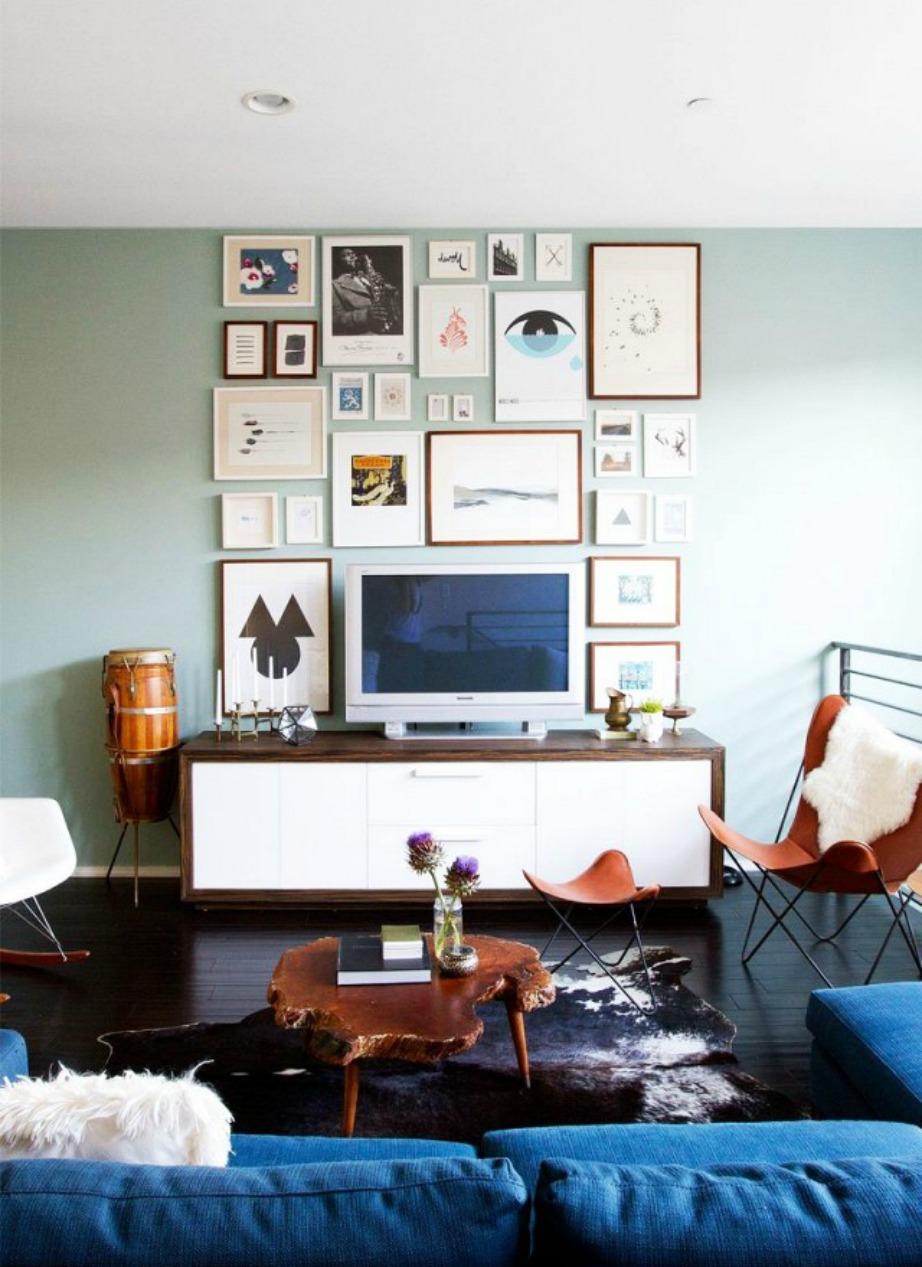 Φτιάξτε μια gallery τοίχου για να καμουφλάρετε την τηλεόραση.