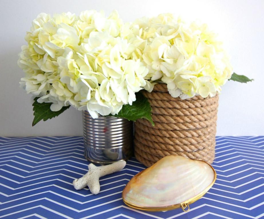 Χρησιμοποιήστε λεπτό σχοινί λινάτσας ή χοντρό σχοινί για να διακοσμήσετε τα βάζα σας.