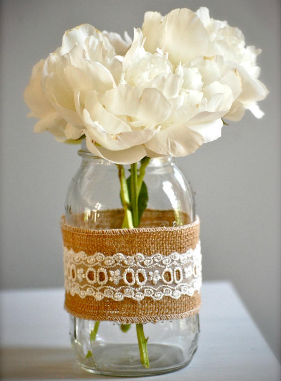 Φτιάξτε vintage-ρομαντικό ντεκόρ στα βάζα σας με λινάτσα και δαντέλα.