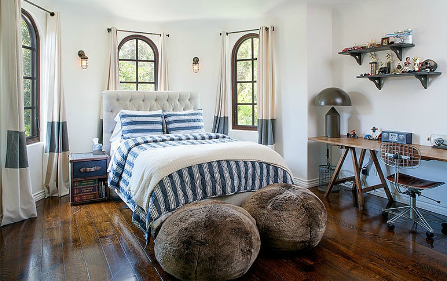 Το ένα από τα 5 υπνοδωμάτια είναι διακοσμημένο σε μπλε και λευκό.