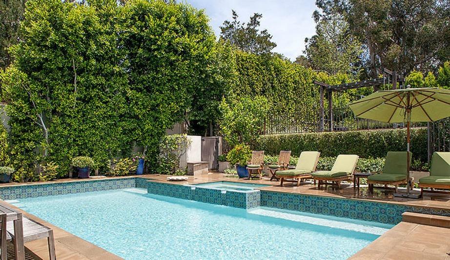 Η υπέροχη πισίνα του σπιτιού είναι περιτρυγιρισμένη από καταπράσινη φύση.