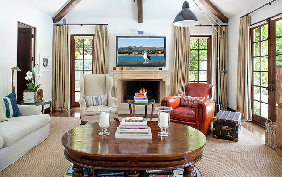 Ο πίνακας πάνω από το τζάκι δίνει ζωντάνια σε όλο το δωμάτιο.