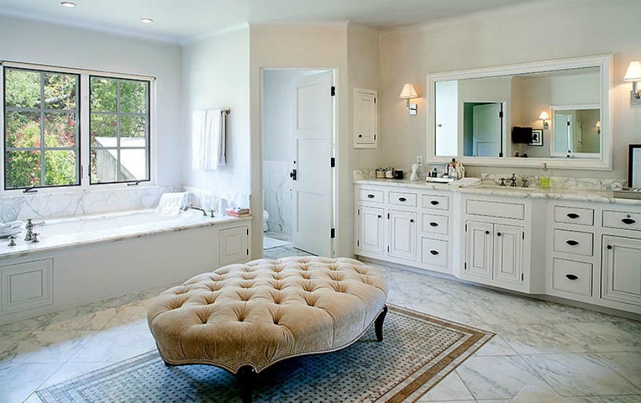 Το μπάνιο έχει διακοσμηθεί σε φυσικούς απαλούς τόνους.