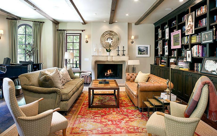Μας αρέσει η διακοσμητική πινελιά με τους δύο διαφορετικούς καναπέδες.