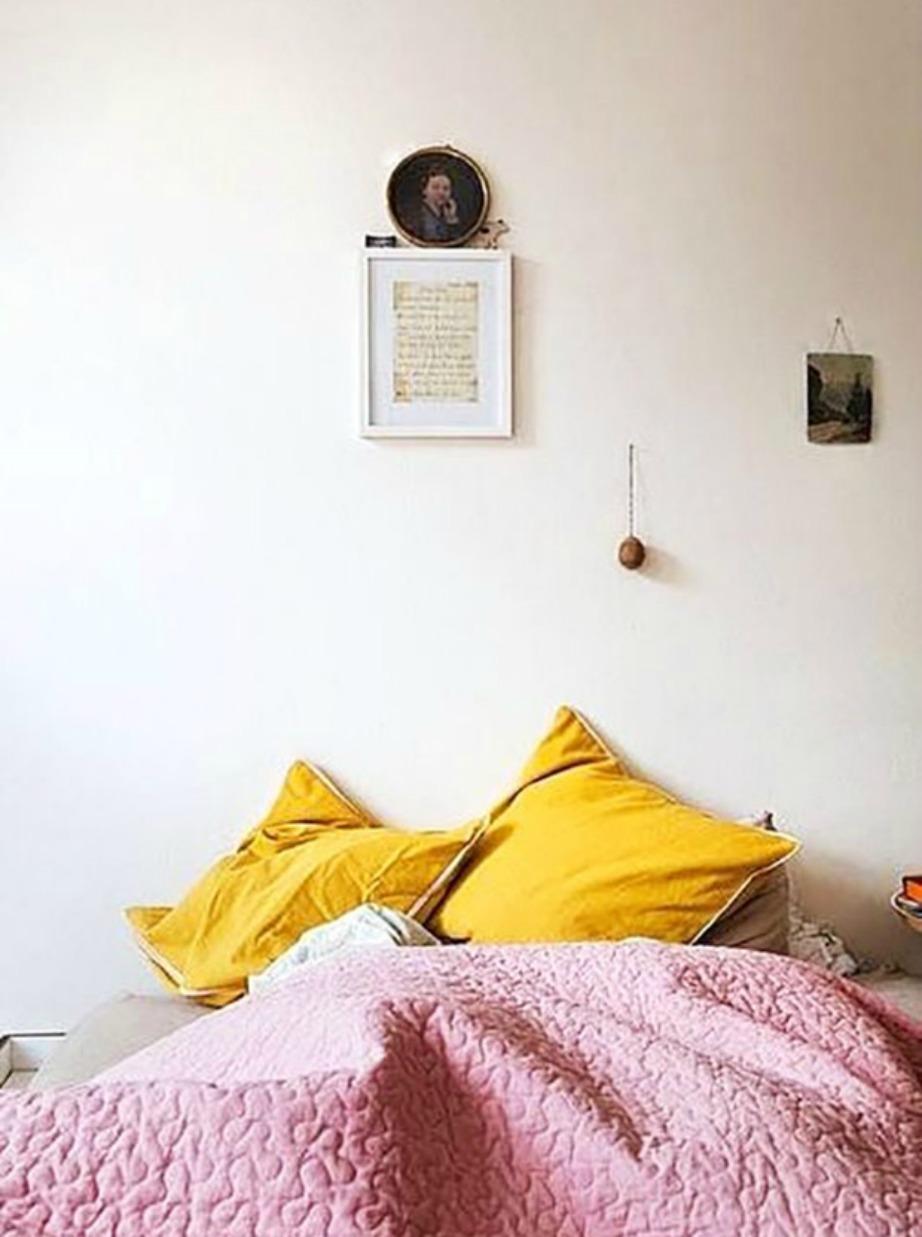 Το ροζ πάπλωμα δημιουργεί πολύ ιδιαίτερη αντίθεση με το μουσταρδί των μαξιλαριών.