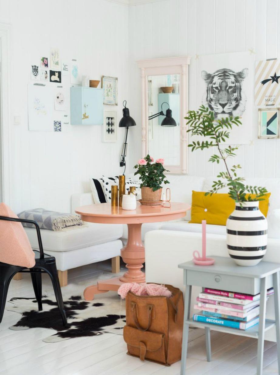 Στο σαλόνι της εικόνας έχει τοποθετηθεί λευκό στο μεγαλύτερο μέρος του, μερικές πινελιές ροζ και μια μικρή μουσταρδί