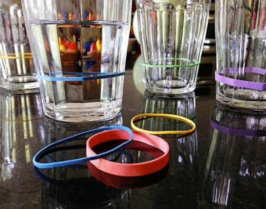 Αν όλα τα ποτήρια σας είναι ίδια τότε μπορείτε να τα ξεχωρίσετε μεταξύ τους με πολύχρωμα λαστιχάκια. Αυτό το τρικ είναι τέλειο για πάρτι και συγκεντρώσεις φίλων.