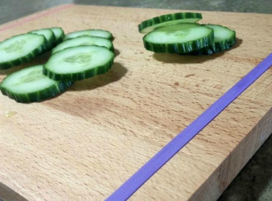 Με ένα χοντρό λαστιχάκι ο πίνακας κοπής στερεώνεται καλύτερα στον πάγκο της κουζίνας.