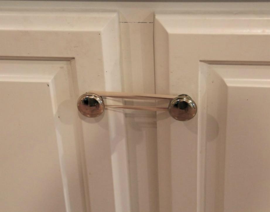 Ασφαλίστε οικονομικά τα ντουλάπια σας με λαστιχάκια.