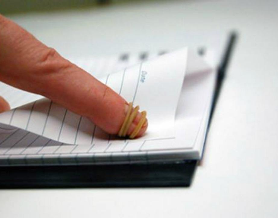 Αν ανατριχιάζετε στο γύρισμα σελίδων μπορείτε πολύ απλά να δέσετε ένα λαστιχάκι στο δάχτυλό σας.