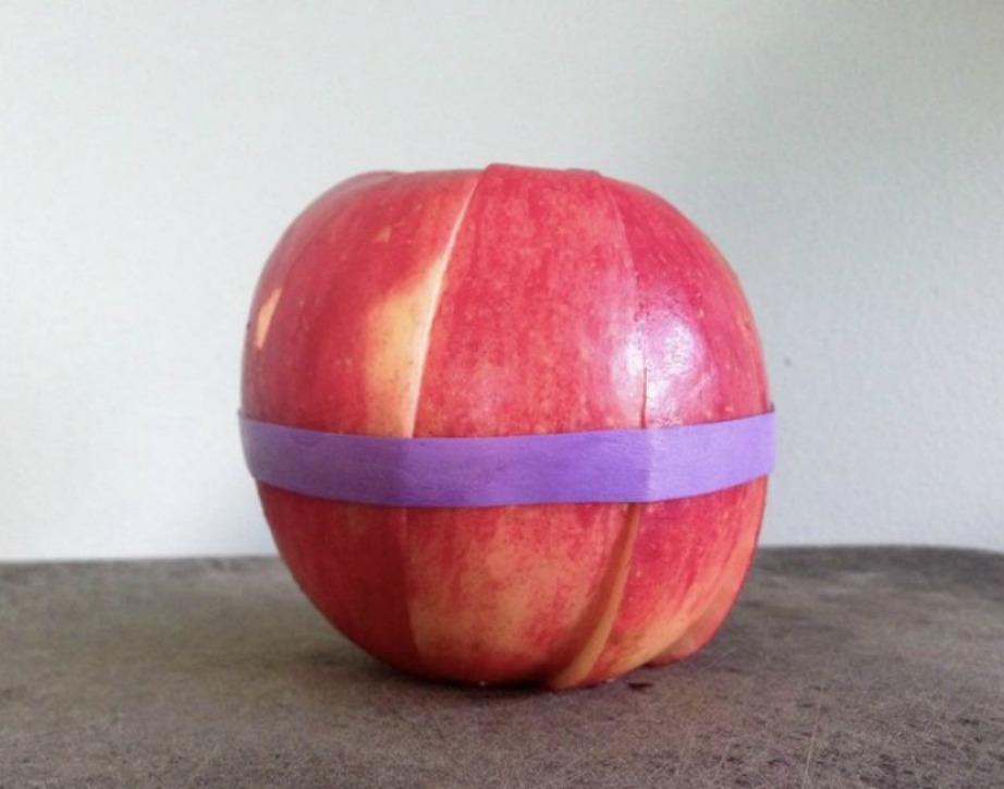 Διατηρήστε το κομμένο μήλο σας φρέσκο με ένα λαστιχάκι.