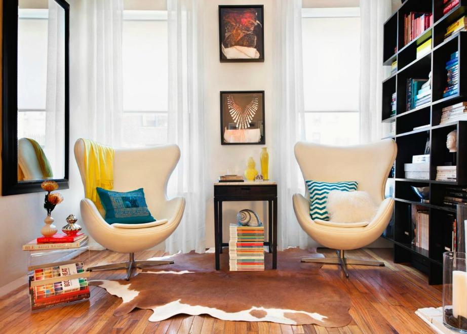 Ποιος είπε ότι ένα σαλόνι πρέπει οπωσδήποτε να έχει έναν μεγάλο καναπέ και ένα μεγάλο τραπέζι; Αν ο χώρος σας είναι μικρός καλύτερα να επιλέξτε έπιπλα που να αφήνουν άδειους κάποιους χώρους για να κινήστε πιο εύκολα.