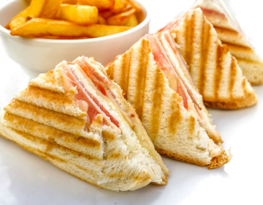 Κλασικό ελληνικό παραδοσιακό τοστ με γαλοπούλα, τυρί, ντομάτα.