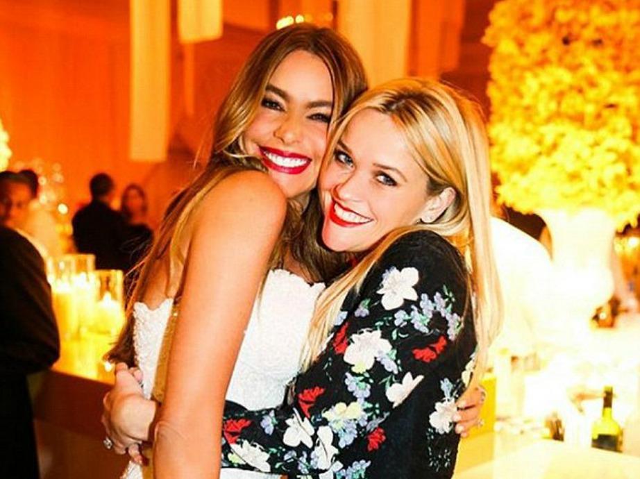 Η ηθοποιός στον γάμο της μαζί με την καλή της φίλη, Reese Witherspoon.