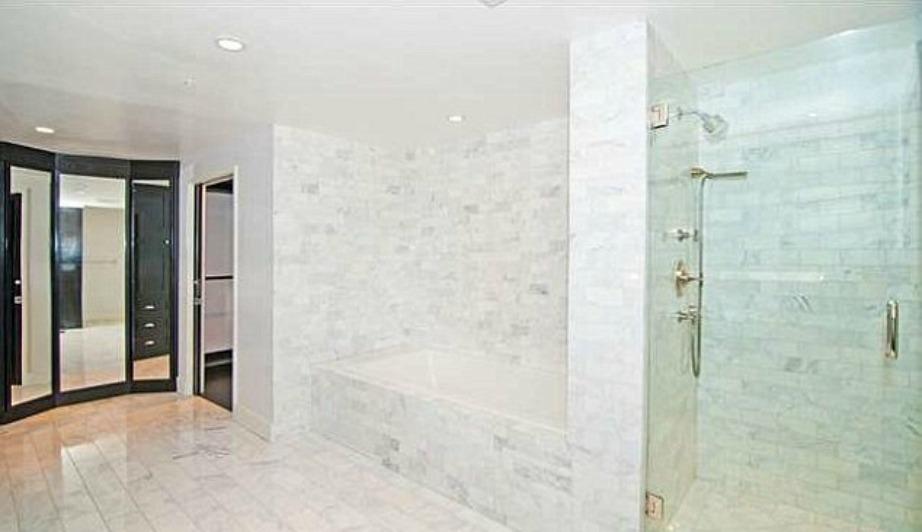 Το μπάνιο διαθέτει ντουζιέρα αλλά και μπανιέρα.