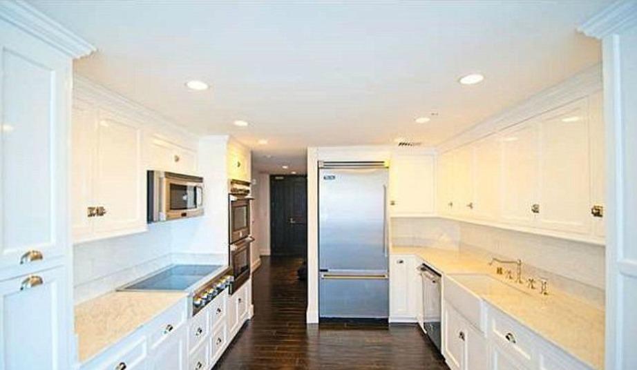 Στην κουζίνα κυριαρχεί το λευκό χρώμα.