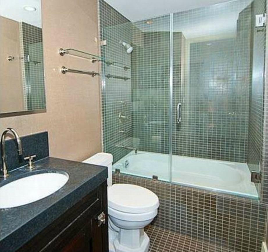 Το μικρότερο μπάνιο είναι επίσης εντυπωσιακό.