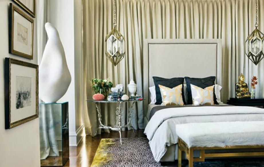 Μια απλή και οικονομική λύση για διακόσμηση τοίχου σε υπνοδωμάτιο είναι οι κουρτίνες.