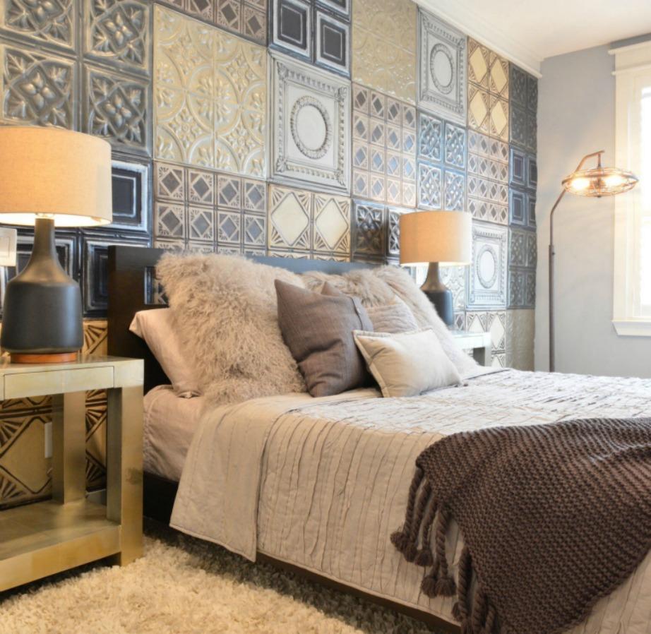 Δείτε πόσο ανανεωμένο φαίνεται αυτό το δωμάτιο με τα πλακάκια στον τοίχο.