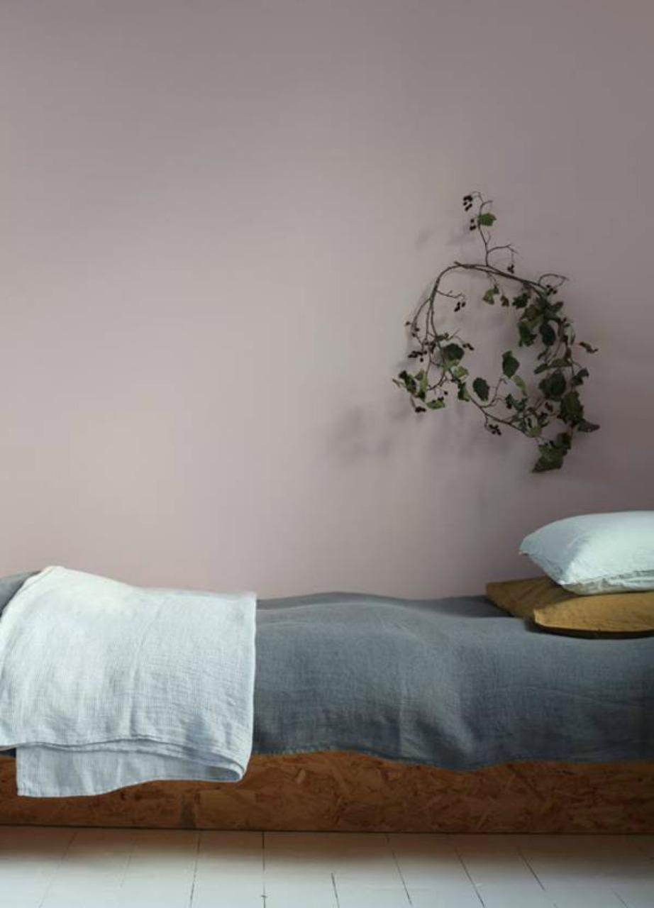 Τα έντονα μοβ και λιλά δεν αποτελούν την καλύτερη επιλογή για υπνοδωμάτιο, αλλά μια πιο light εκδοχή τους θα μεγαλώσει τον χώρο σας δίνοντάς του μια όμορφη ατμόσφαιρα.