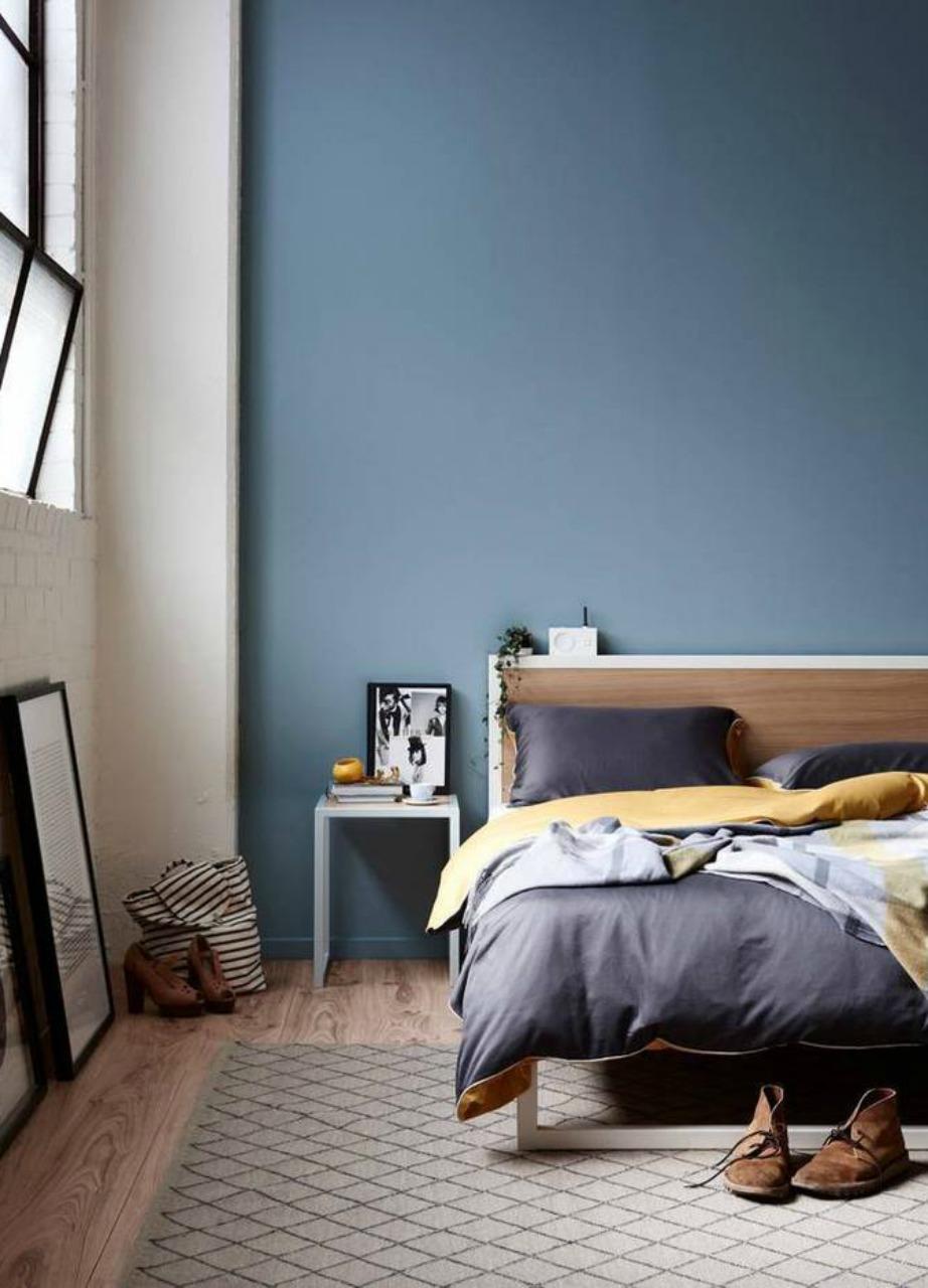 Βάψτε τον έναν τοίχο σε έντονο μπλε ή πετρόλ και το αποτέλεσμα θα σας ανταμείψει.