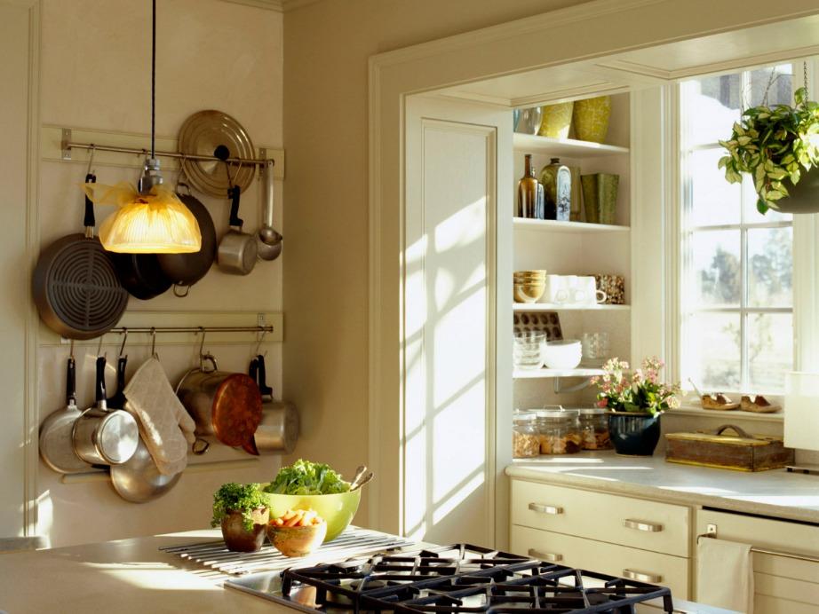 Δώστε φινέτσα, στιλ αλλά και άρωμα εξοχής με τα κατσαρολικά κρεμασμένα σε εμφανές σημείο.