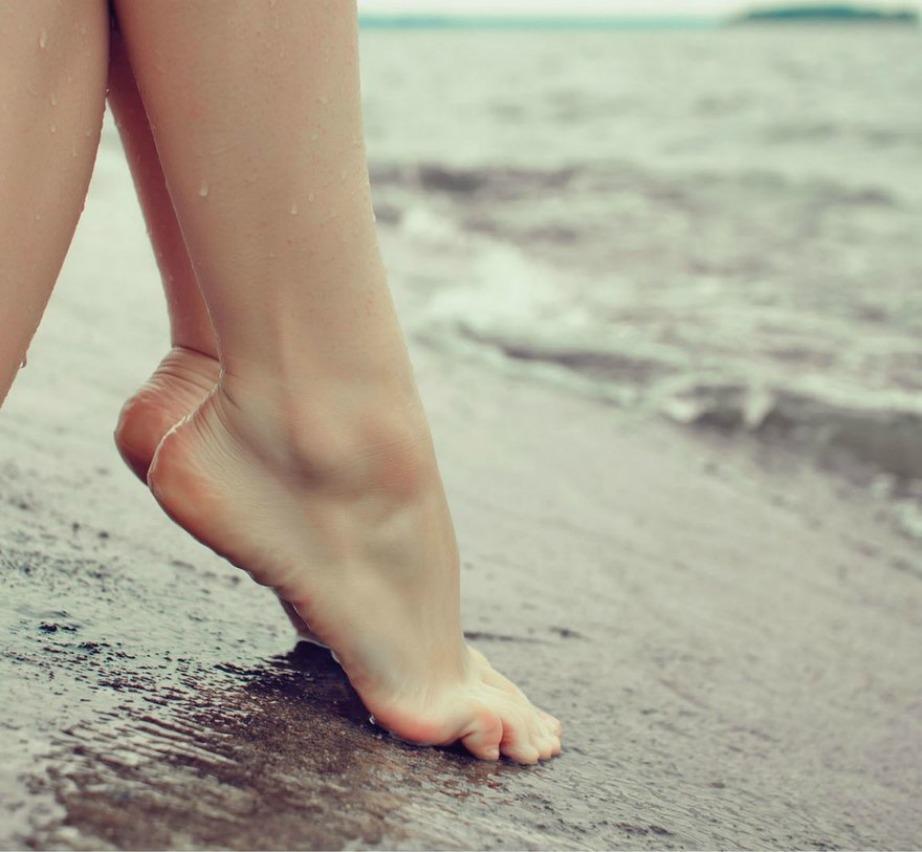 Μπορεί το νερό να εξατμιστεί σύντομα ωστόσο θα προλάβετε να διανύσετε την απόσταση ξαπλώστρα-θάλασσα χωρίς να καείτε.