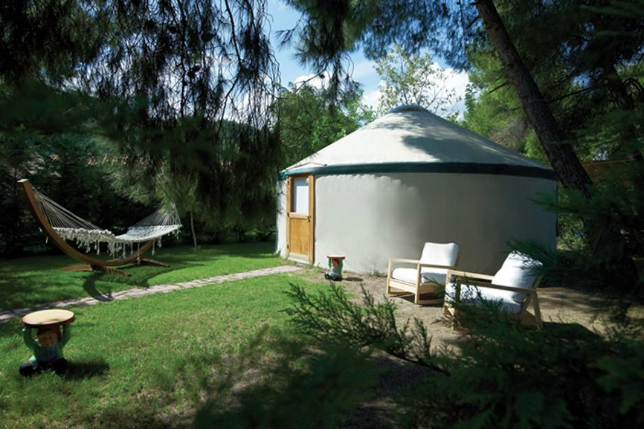 Τα Yurts είναι μεγάλες κυκλικές σκηνές με σχεδιασμό που βασίζεται στις νομαδικές σκηνές των Μογγόλων.