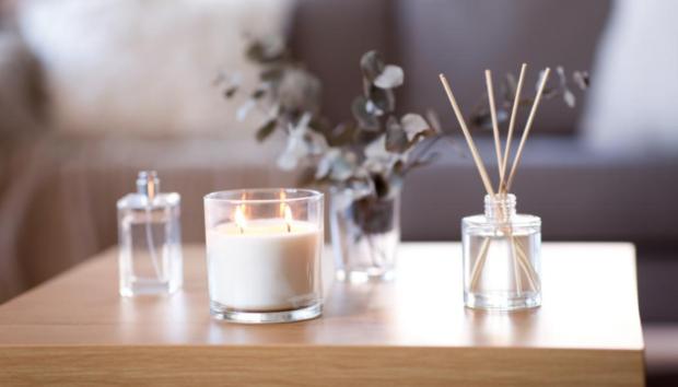 Ένας Έξυπνος και Ανέξοδος Τρόπος να Κάνετε τα Απλά Κεριά να Δείχνουν Luxurious