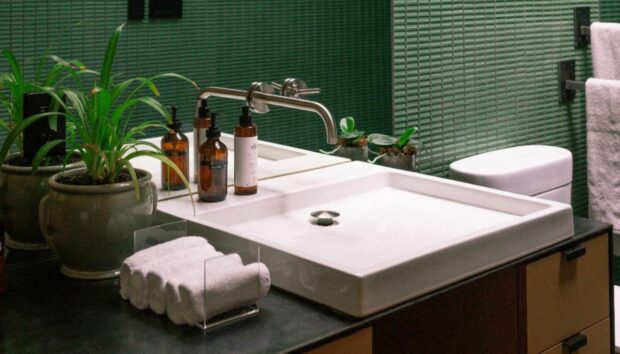Ούτε Συρταριέρες, Ούτε Ράφια: Δημιουργηστε Επιπλέον Χώρο σε Ένα Μικρό Μπάνιο τη Νέα Χρονιά με Πρωτότυπο Τρόπο