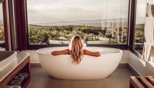Ένας Πλήρης Οδηγός για Περιποίηση Σώματος στο Μπάνιο: Η Νέα Skincare Συνήθεια που Έγινε Viral