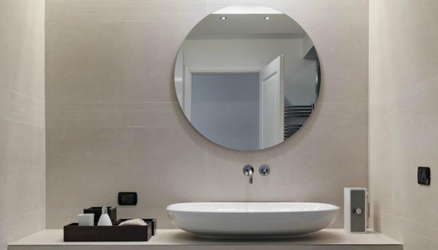 """""""Ο καθρέφτης του μπάνιου γεμίζει σκόνη με το που θα τον καθαρίσω. Τι να κάνω;"""""""