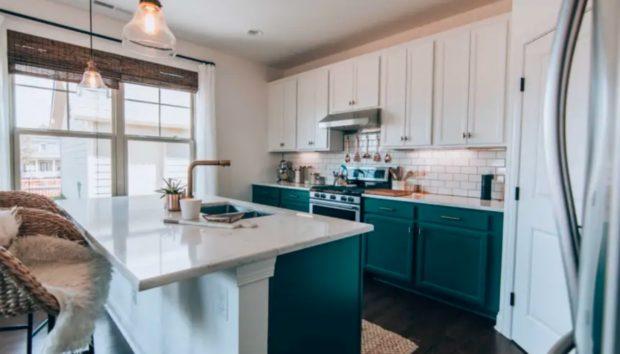 Μια Πολύ Απλή Κουζίνα Γίνεται Απίστευτα Καλύτερη Μόνο με Λίγο Χρώμα!